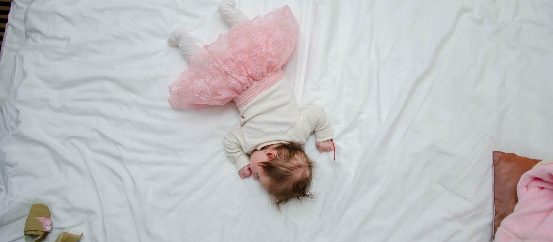 beba u krevetu